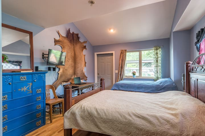 Large Cozy Master Bedroom - sleeps 3 close to MAX