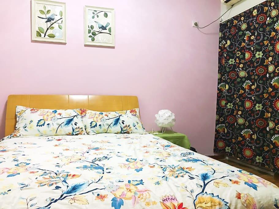 卧室是一张大床