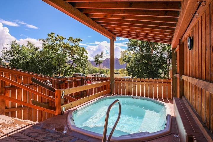Bright condo w/shared hot tub & pool - just one mile from downtown & near parks
