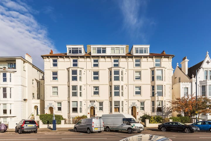Balmoral By The Beach 5 beds 2 bath, free wifi