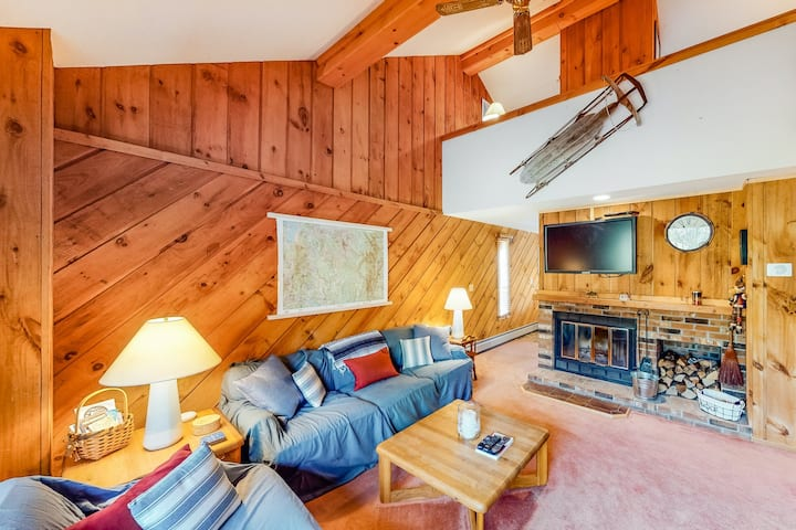 Homey cabin-inspired home with fireplace and shared pool - close to skiing!