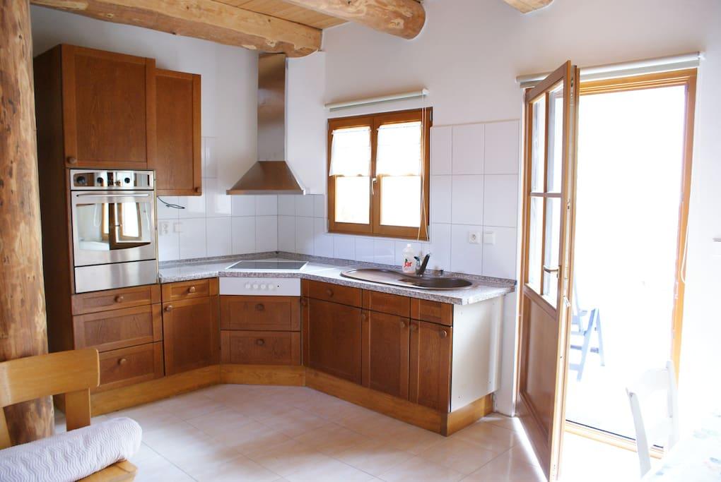 Geräumige Küche im Erdgeschoss