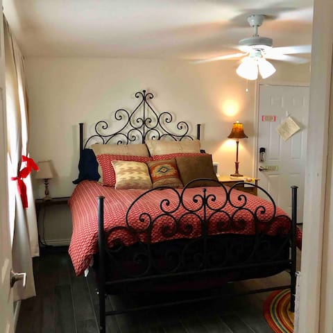 **Charming private Guest Suite in Glendale**