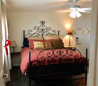 Charming private entry Guest Suite in Glendale