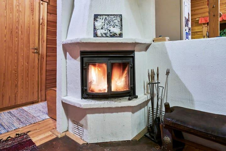 Tuvassa voi nautiskella takkatulen lämmöstä. // You can enjoy the warmth of the fire place inside the cottage.