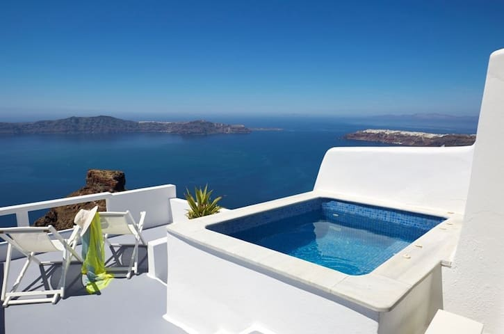 Honeymoon Suite with private Jacuzzi & caldera view