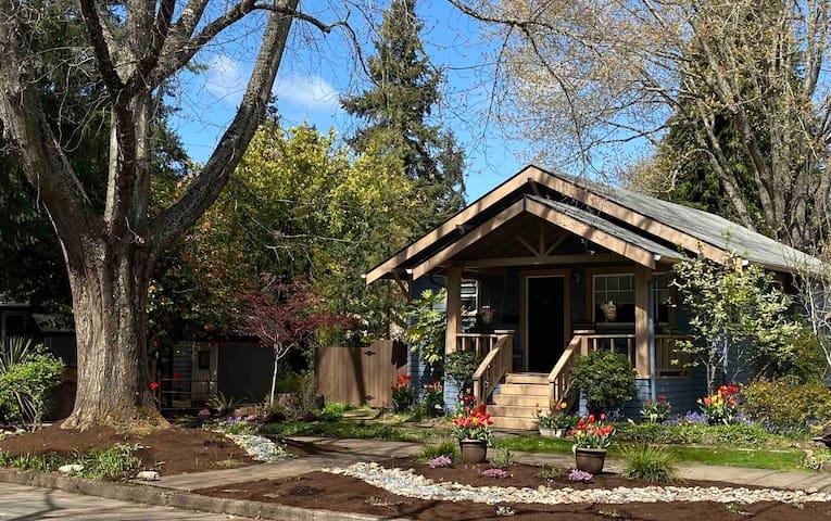 1920s Cottage - Walk in the Park  19-104415-LI