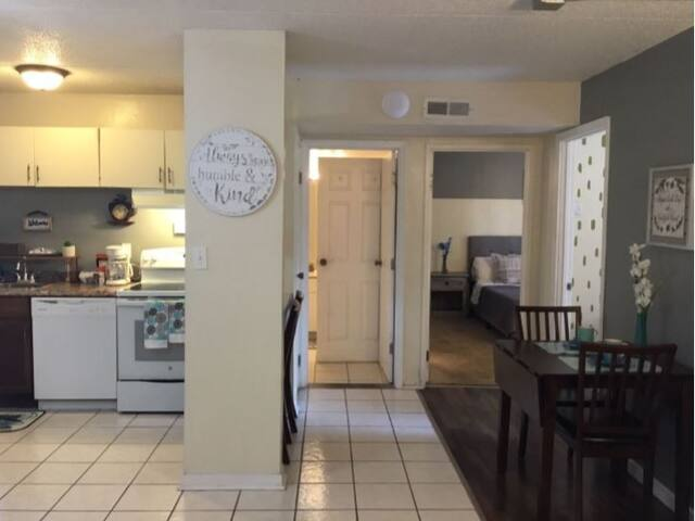 2 Bed/ 1 Bath efficiency Apartment- Close to Downtown!