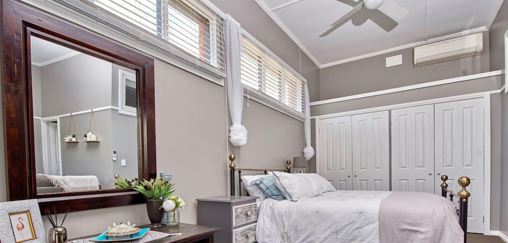 Open plan apartment, queen bed