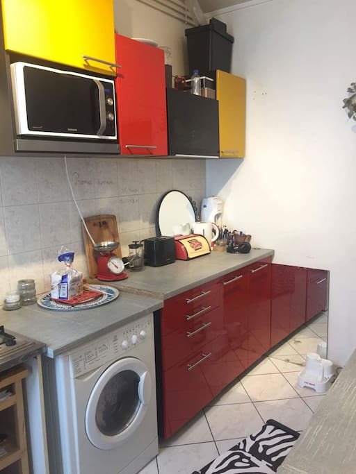 lave-linge/sèche-linge, micro-onde/four, grille-pain, bouilloire, grand réfrigérateur et congélateur