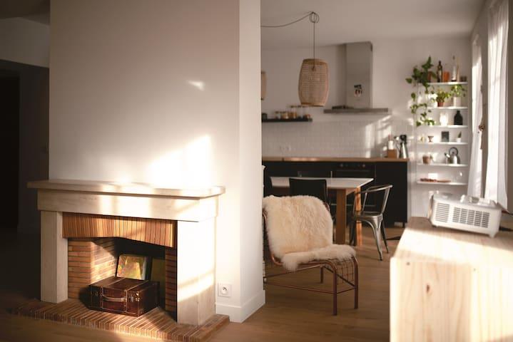 La cheminée sépare la cuisine du salon.