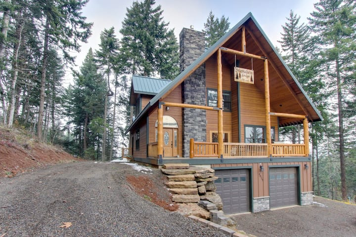Spacious lodge for eight w/ a private deck, game room, & pool table