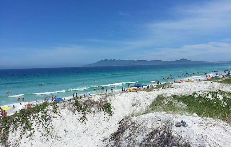 Apt a 50m da Praia do Forte  reformado com Wifi!