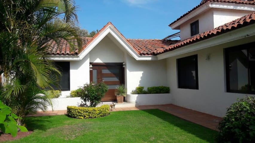 Casa amplia en Praderas de la Hda - Celaya - House