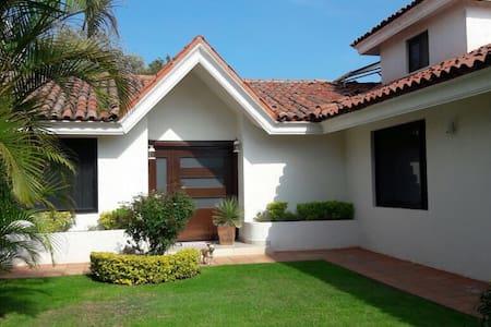 Casa amplia en Praderas de la Hda - Celaya - Casa