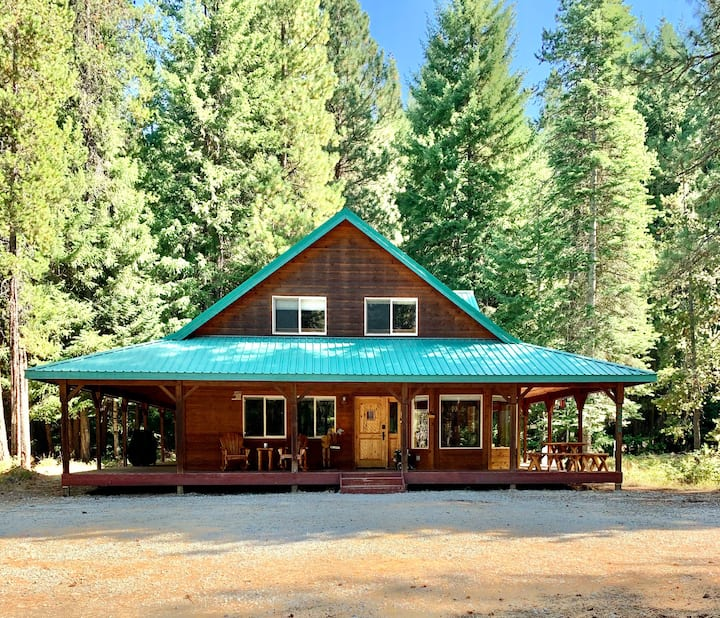Spacious cabin close to activities- sleeps 10+