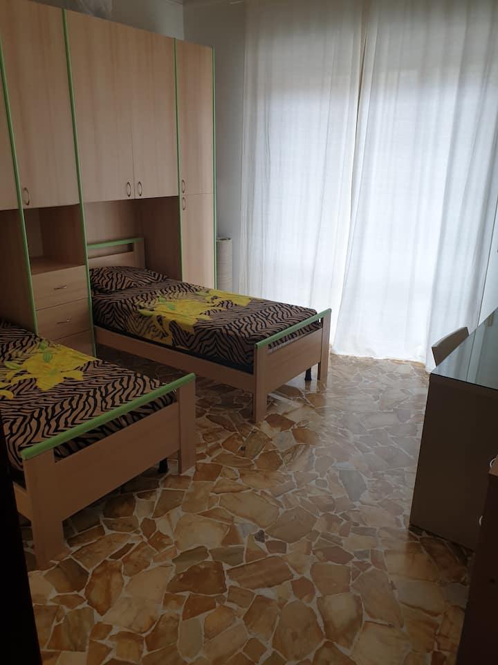 Affittasi 1 camera con 2 posti letto!!