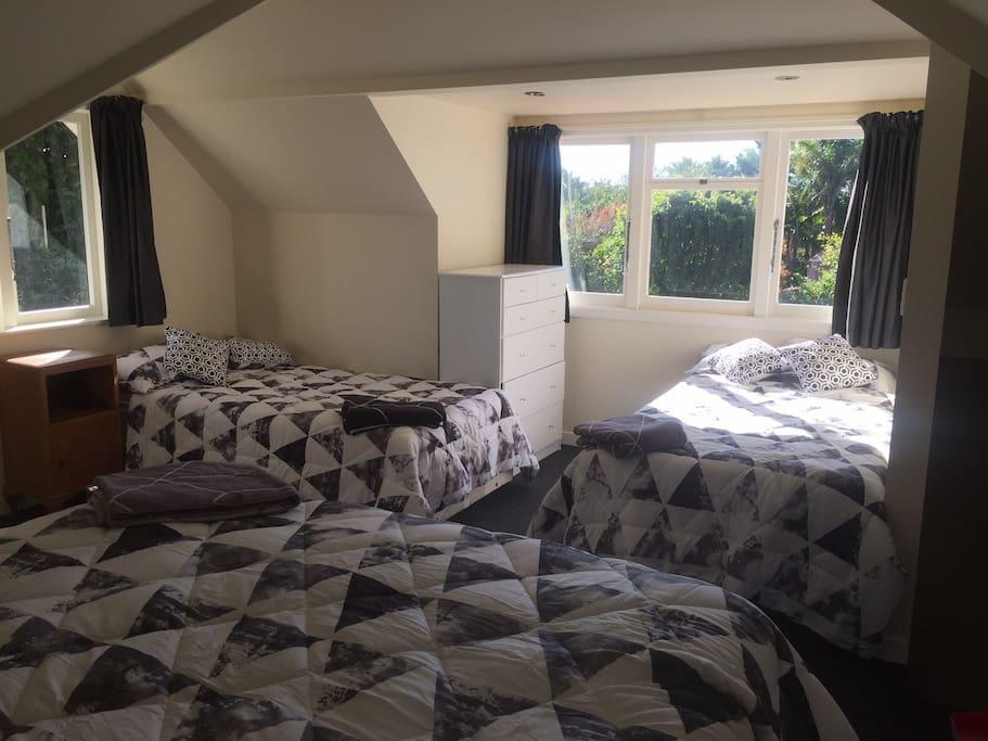 Upstairs bedroom - 1 king, 2 single beds