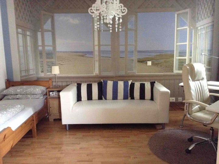 Cosy & comfy next to Airport & city Female only