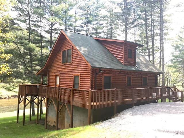 Picture Perfect-Riverfront, Pet Friendly, Fire Pit, Gas Fireplace, Hot Tub