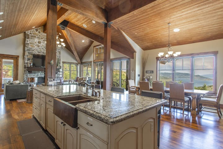 Luxury 6 bed 8 baths. New Hot Tub, Gourmet Kitchen & Game Room