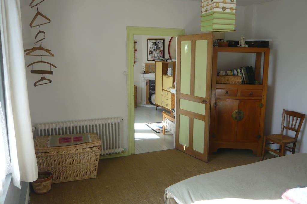 chambre vue sur petit salon