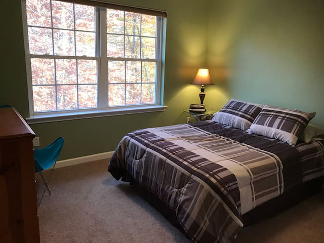 Hudson Valley Home - Double bed : 1 of 2 rooms