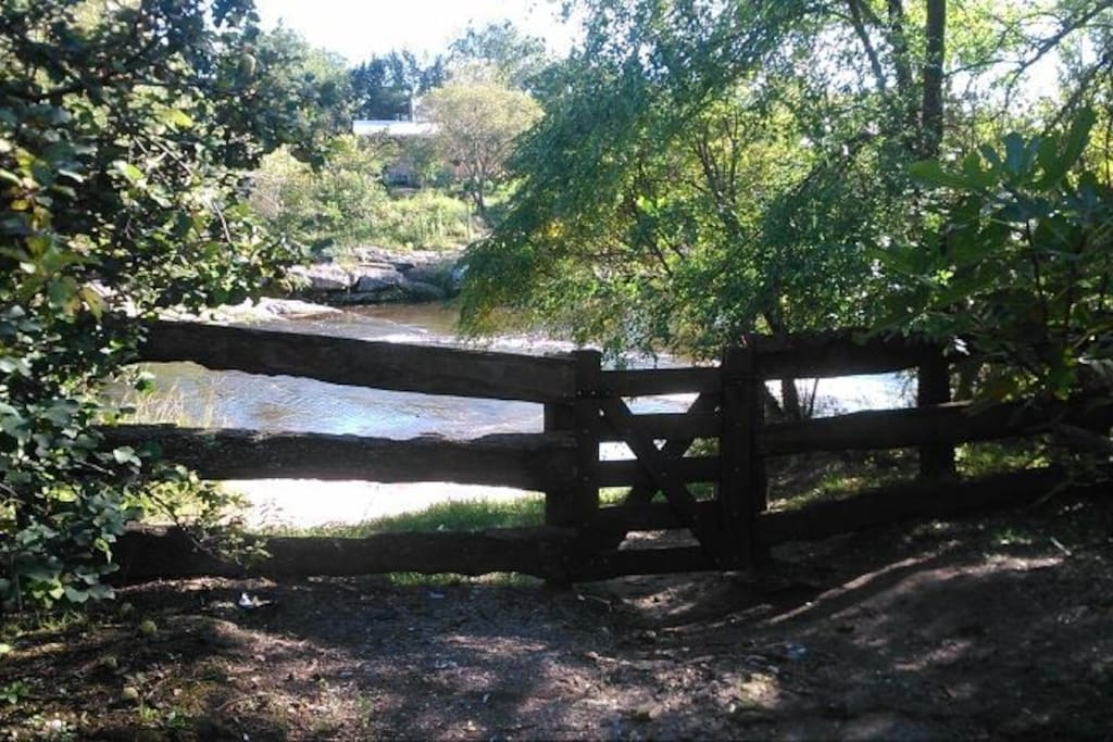 Con tan solo abrir la tranquera se accede al rio