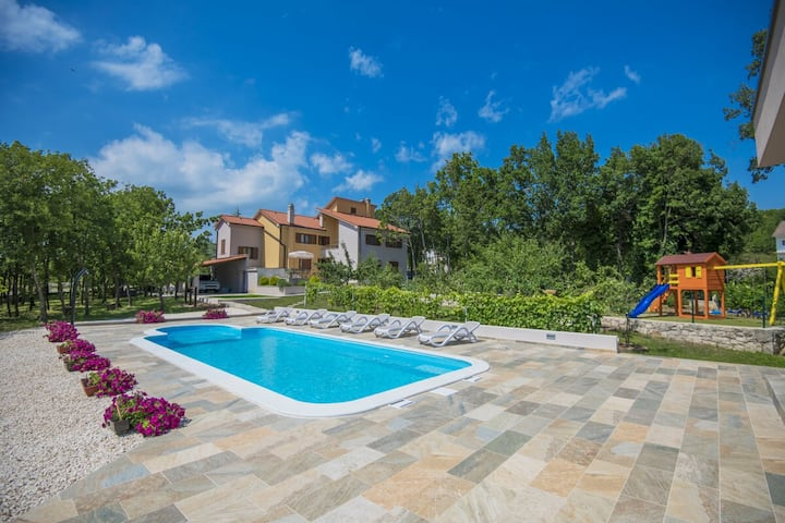 Family Villa, XXL Pool, Wifi, BBQ, Privacy