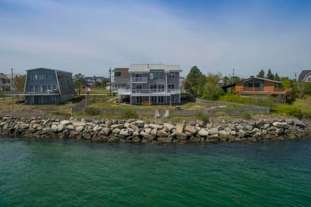 Large Waterfront Home with Great Beach Location - Scarborough - Casa