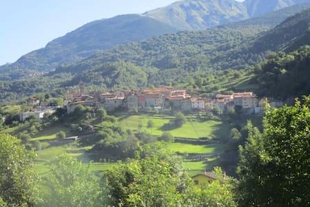 Mansarda con vista montagne in borgo medioevale - Ceto - Huoneisto