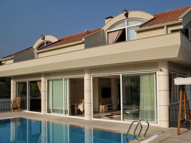 Beautiful villa with private pool in quiet area