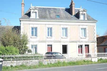 chambre privée dans une grande maison champêtre - Mettray