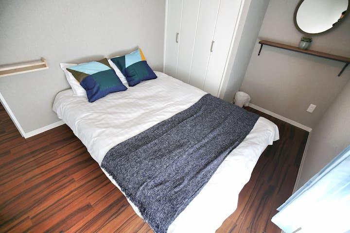 卧室1  一张双人床(1.4*2米)