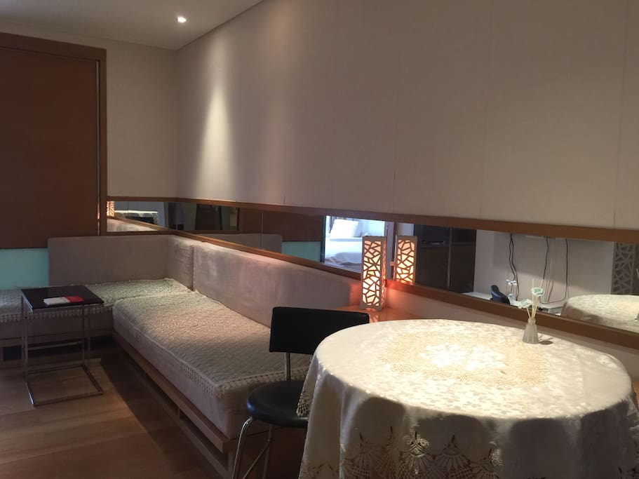 有一个大沙发,有一个餐桌,和一台液晶电视(未开通有线电视,因为我不看电视哈)