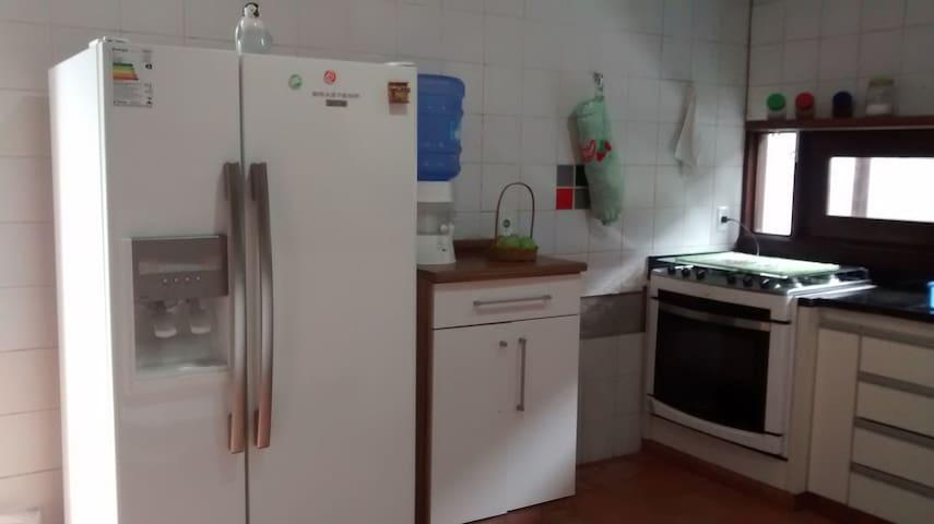cozinha completa e todos os eletrodomésticos funcionando em perfeito estado