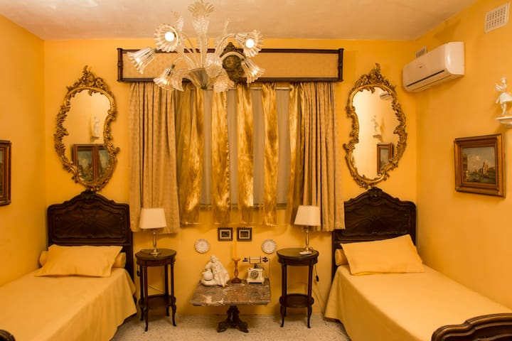 Venetian Room - A spacious bedroom with bathroom