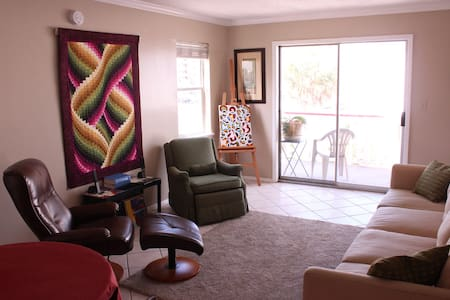 Great Room! 60 seconds from the beach! - Apartment