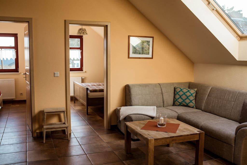 Der Wohnbereich mit Blick in die Schlafzimmer.