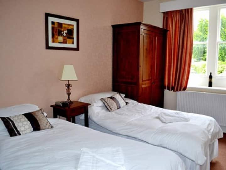 Twin room-Ensuite-Room 4 Breakfast Included