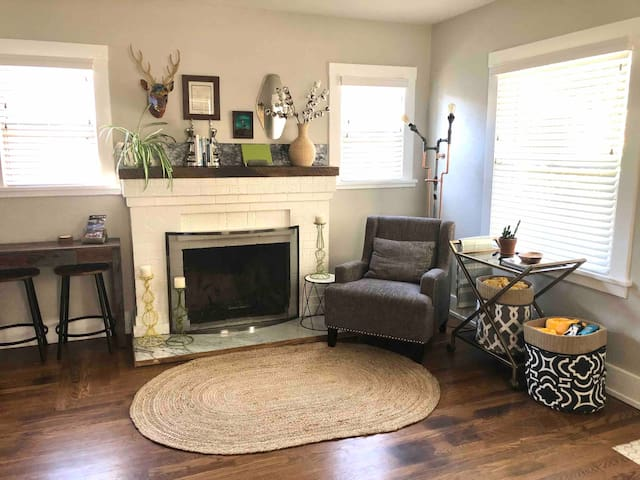 Sleeps 8! Steps to Truckee River & local shops!