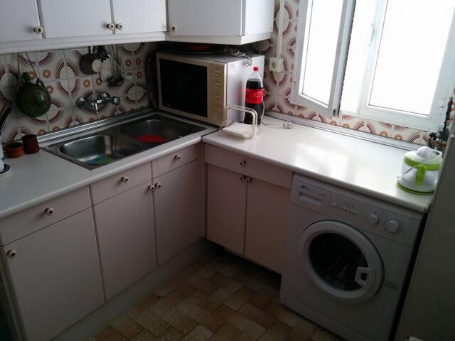 Tradicional cocina, con buena iluminación. Incluye microondas, tostador, lavadora y frigorífico.