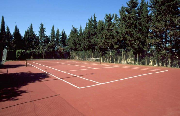 Villa Olivia, piscina spa e tennis.