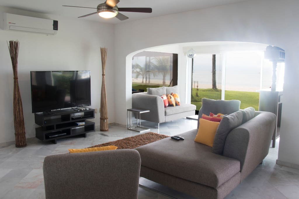 Living room with an incredible view to the beach and the marina