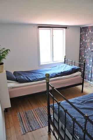 Lilla sovrummet ligger till vänster på övervåningen.