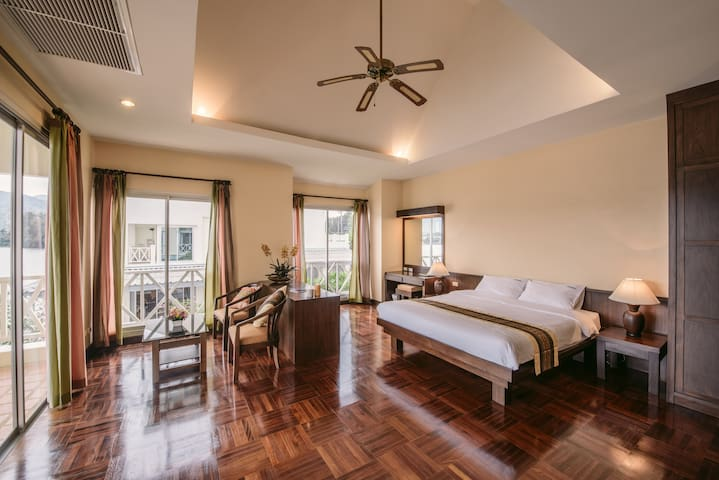 Cozy lake view corner room with balcony 201 - Phuket - Bed & Breakfast
