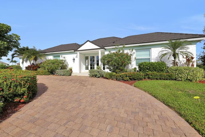 BALSAM CT. 475 LUXURY WATERFRONT POOL HOME!