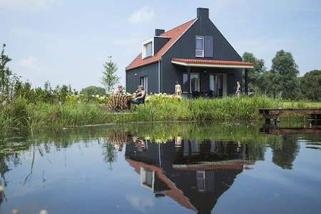 Lovely house right on the water w private garden - Offingawier
