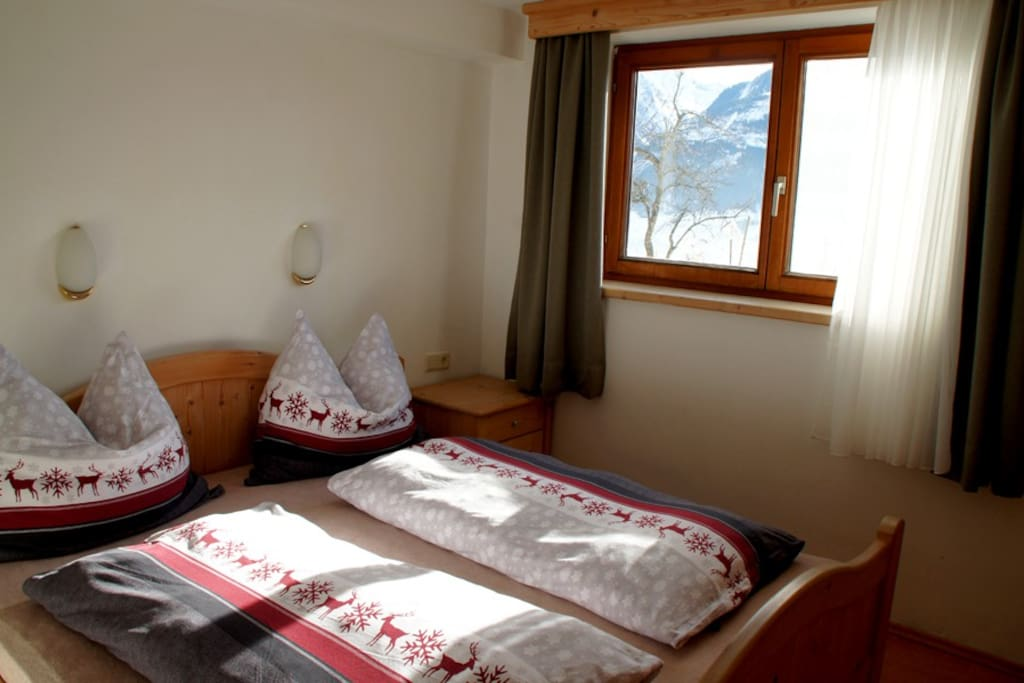 Das Schlafzimmer mit Naturholz-Einrichtung / The bedroom with natural wood furniture