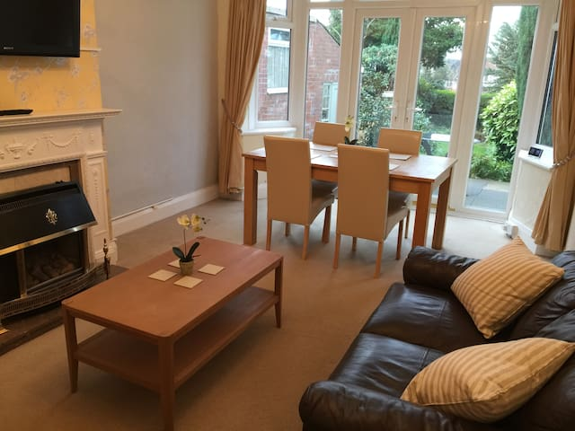 Beautiful 4 Bedroom Family Home - Trentham Lodge - Stoke-on-Trent - House